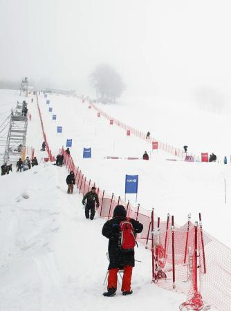 悪天候により男女デュアルモーグルが中止となったW杯秋田たざわ湖大会の会場=23日、たざわ湖スキー場