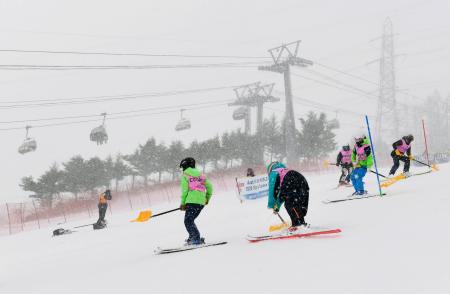 天候不良のため男子回転が中止となったW杯にいがた湯沢苗場大会の会場=23日、苗場スキー場