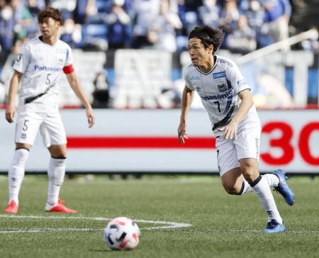 横浜M―G大阪 前半、攻め込むG大阪・遠藤(右)=日産スタジアム