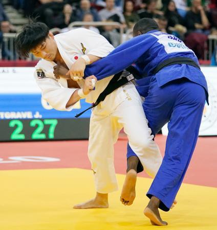 男子90キロ級2回戦で英国選手(右)を破った向翔一郎=デュッセルドルフ(共同)