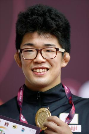 男子フリー86キロ級で優勝し、金メダルを手にする山田修太郎=ニューデリー(共同)