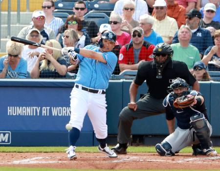 ヤンキース戦の2回、オープン戦初打席で投手強襲安打を放つレイズ・筒香=ポートシャーロット(共同)