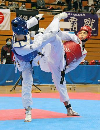 テコンドーの全日本選手権で男子68キロ級を制した鈴木リカルド(右)=ダイハツ九州アリーナ