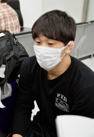 アジア選手権を終え帰国し、取材に応じるレスリング男子フリースタイルの乙黒拓斗=25日、成田空港