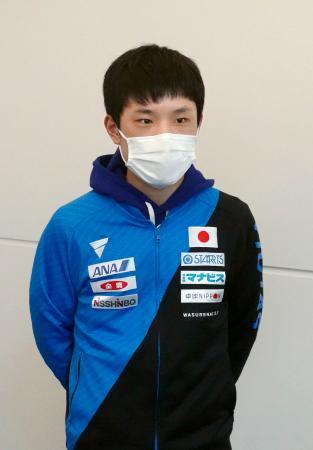 マスク姿で取材に応じる卓球男子の張本智和選手=25日、羽田空港