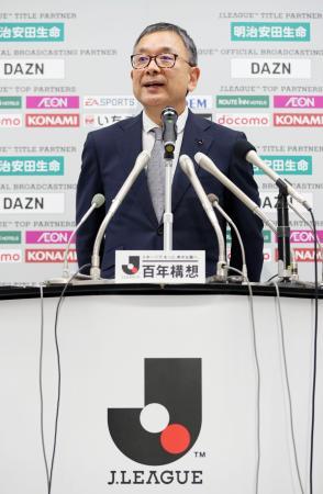 Jリーグの公式戦開催延期について記者の質問に答える村井満チェアマン=25日午後、東京都文京区