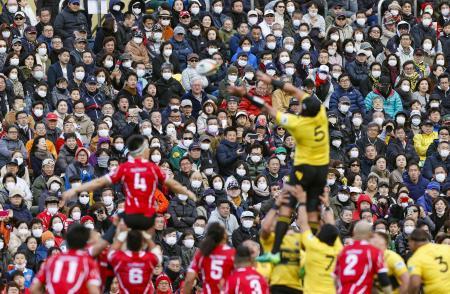 22日に行われたトップリーグの日野―サントリー戦。観客の多くがマスク姿で観戦した=東京・秩父宮ラグビー場