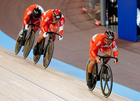 男子チームスプリント予選で9位に終わった(右から)雨谷一樹、新田祐大、深谷知広。東京五輪出場を逃した=ベルリン(共同)