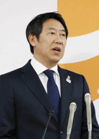 記者会見するスポーツ庁の鈴木長官=27日、文科省