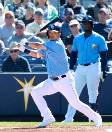 タイガース戦の5回、左翼線に適時二塁打を放つレイズ・筒香=ポートシャーロット(共同)