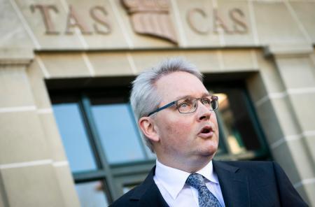 報道陣に処分内容を発表するCASのリーブ事務局長=28日、ローザンヌ(AP=共同)