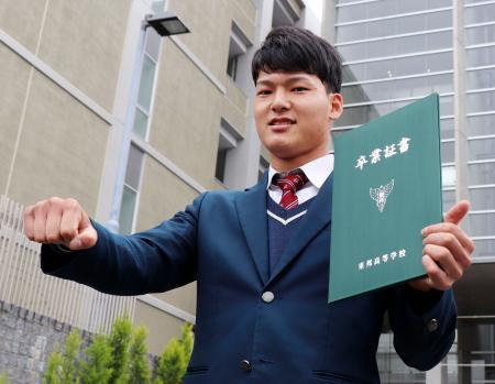東邦高の卒業証書を手にポーズをとる中日の石川昂弥内野手=29日、名古屋市