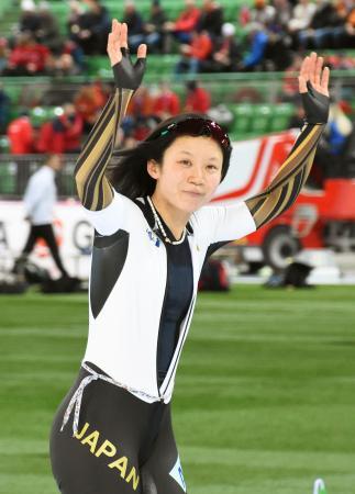 スピードスケート世界選手権のスプリント部門で初の総合優勝を果たし、歓声に応える高木美帆=29日、ノルウェー・ハーマル(共同)