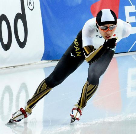 オールラウンド部門の前半で総合3位につけた一戸誠太郎の5000メートル=2月29日、ハーマル(共同)