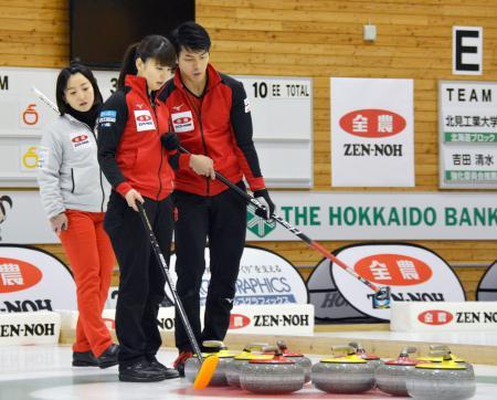 決勝で作戦を話し合う(右から)谷田と松村=どうぎんカーリングスタジアム