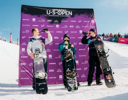 スノーボードのUSオープンのハーフパイプ男子で初優勝した戸塚優斗(中央)=ベイル(Burton提供・共同)