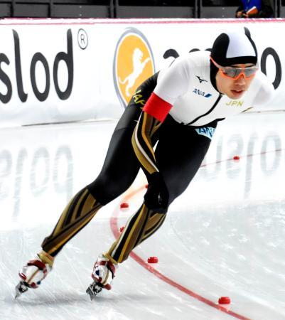 オールラウンド男子1万メートルで滑走する一戸誠太郎=ハーマル(共同)