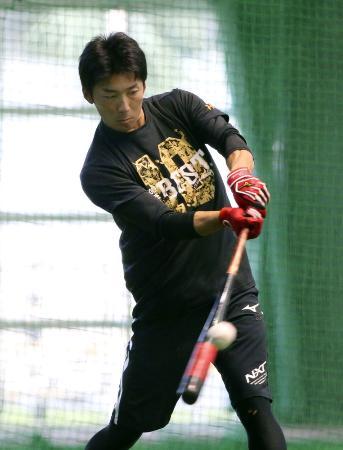 休日を返上し、打撃練習する巨人・増田大輝内野手=那覇
