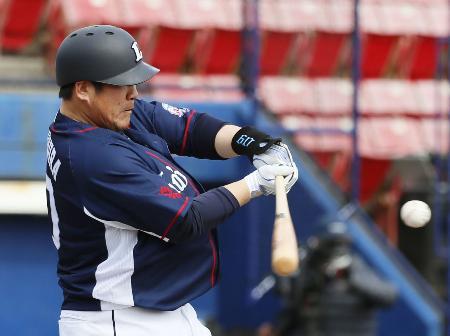 1回、左越えに先頭打者本塁打を放つ西武・中村=ナゴヤ球場