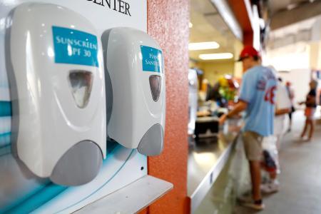 フロリダ州で行われたオープン戦の球場売店横に設置された消毒液=3日、ジュピター(AP=共同)