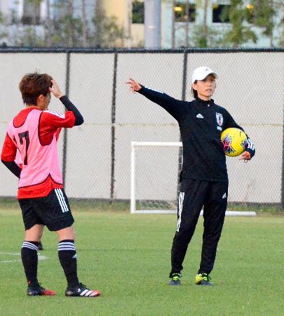 スペイン戦へ向けた練習で、指示を出すサッカー女子日本代表の高倉監督=オーランド(共同)