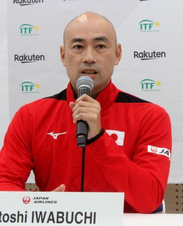 記者会見する男子テニス日本代表の岩渕聡監督=ブルボンビーンズドーム