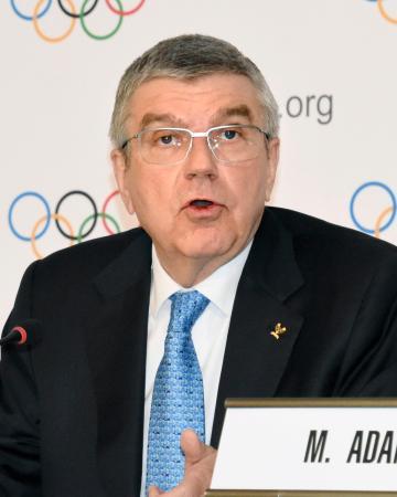IOC理事会後に記者会見するバッハ会長=4日、ローザンヌ(共同)