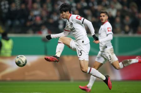 ドイツ杯準々決勝、ブレーメン戦でのアイントラハト・フランクフルトの鎌田大地=4日、フランクフルト(ゲッティ=共同)