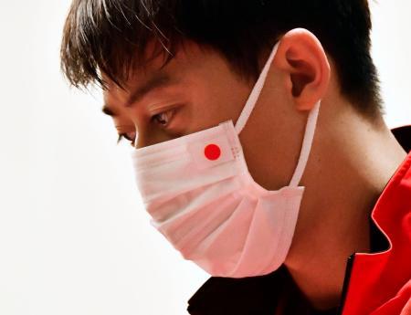 マスク姿で組み合わせ抽選の会場に入った錦織圭=5日午前、神戸市