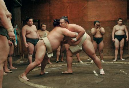 朝稽古で朝玉勢(左)を攻める朝乃山=大阪市中央区の高砂部屋宿舎
