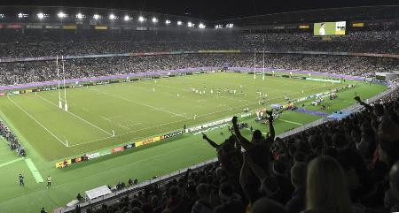 ラグビーW杯日本大会決勝のイングランド―南アフリカ戦で盛り上がるスタンドのファン。日産スタジアムには7万人を超える観客が集まった=2019年11月、横浜市
