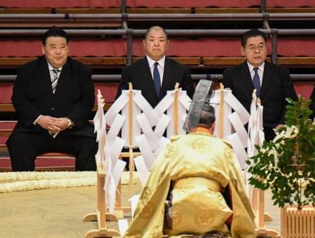 大相撲春場所の土俵祭りに出席した日本相撲協会の八角理事長(中央)=7日午前、エディオンアリーナ大阪