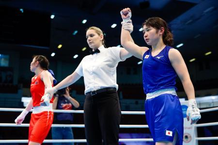 女子フライ級1回戦でモンゴル選手(左)に判定勝ちし、準々決勝進出を決めた並木月海=アンマン(共同)