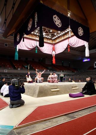 無観客開催となった大相撲春場所で土俵入りする横綱白鵬=8日午後、エディオンアリーナ大阪