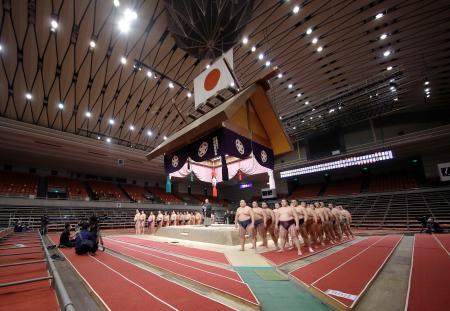 史上初の無観客開催となった大相撲春場所で、協会あいさつに臨む力士ら=8日午後、エディオンアリーナ大阪