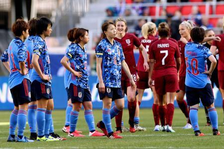 イングランドに敗れ、肩を落とす杉田(中央)ら日本イレブン=ハリソン(共同)
