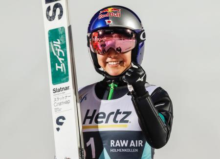 ノルディックスキー・ジャンプ女子のW杯個人第15戦で優勝し、通算100度目の表彰台となった高梨沙羅=9日、リレハンメル(AP=共同)