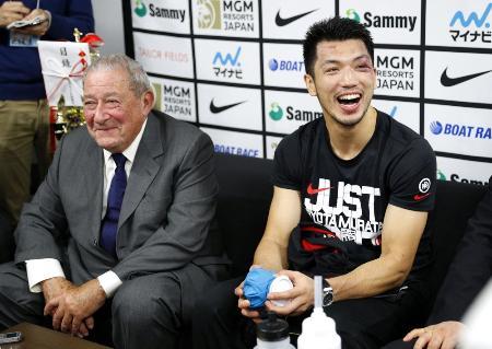 初防衛に成功し、控え室で笑顔を見せる村田諒太(右)。左はプロモーターのボブ・アラム氏=2019年12月23日、横浜アリーナ