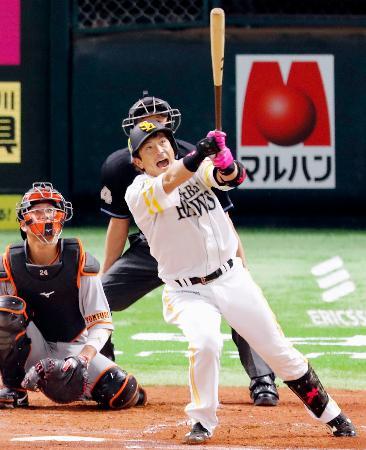 1回、ソフトバンク・松田宣が左中間に本塁打を放つ。捕手大城=ペイペイドーム
