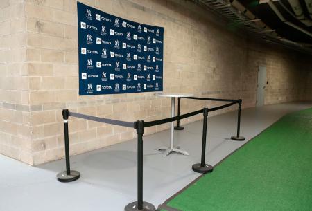 新型コロナウイルスの感染拡大防止策で、ヤンキースのロッカールーム外に設けられた取材スペース=10日、タンパ(共同)