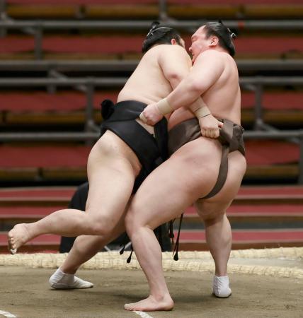 白鵬(右)が上手投げで隠岐の海を下す=エディオンアリーナ大阪