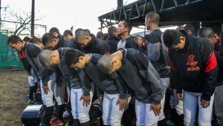 選抜高校野球大会の中止決定後、練習を終えてグラウンドへ一礼する創成館ナイン=11日午後、長崎県諫早市