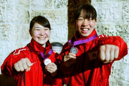 ともに準優勝し、銀メダルを持ちポーズをとる女子フライ級の並木月海(左)と女子フェザー級の入江聖奈=アンマン(共同)