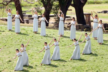 ギリシャのオリンピア遺跡で行われた東京五輪の聖火採火式のリハーサル=11日(共同)