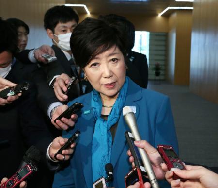 安倍首相に面会後、記者団の取材に応じる東京都の小池百合子知事=12日午後、首相官邸