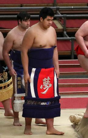 新序出世披露で白鵬の化粧まわしを締めた宮城野部屋の北青鵬(右)=エディオンアリーナ大阪