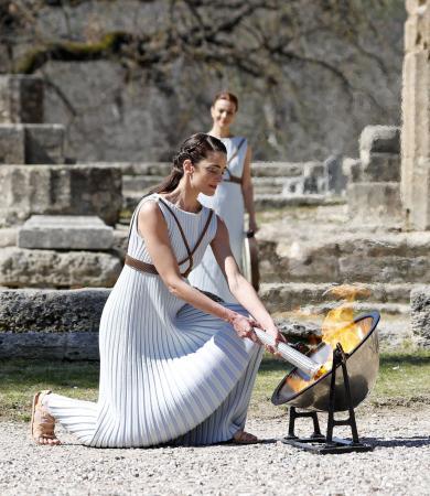 ギリシャのオリンピア遺跡で行われた東京五輪の聖火採火式=12日(共同)