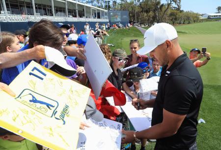 プレーヤーズ選手権に向けて練習し、ファンにサインするブルックス・ケプカ=11日、ポンテベドラビーチ(ゲッティ=共同)