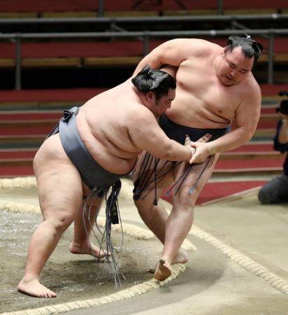 徳勝龍(左)が寄り切りで鶴竜を破る=エディオンアリーナ大阪