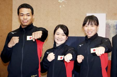 ボクシングの東京五輪アジア・オセアニア予選から帰国し、記者会見でポーズを取る(左から)岡沢セオン、並木月海、入江聖奈=13日、成田空港